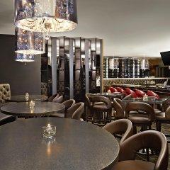 Отель Four Points by Sheraton Hotel & Suites Calgary West Канада, Калгари - отзывы, цены и фото номеров - забронировать отель Four Points by Sheraton Hotel & Suites Calgary West онлайн гостиничный бар