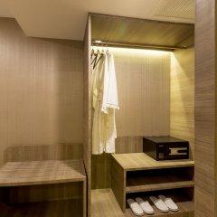 Отель Glow Sukhumvit 5 By Centropolis Бангкок сейф в номере