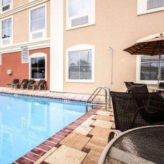 Отель Comfort Inn & Suites Maingate South бассейн