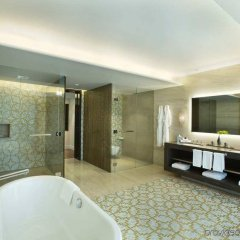 Отель Hilton Capital Grand Abu Dhabi ОАЭ, Абу-Даби - отзывы, цены и фото номеров - забронировать отель Hilton Capital Grand Abu Dhabi онлайн ванная