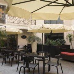 Отель Famous House бассейн