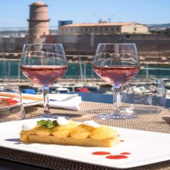 Отель Sofitel Marseille Vieux Port Франция, Марсель - 2 отзыва об отеле, цены и фото номеров - забронировать отель Sofitel Marseille Vieux Port онлайн пляж фото 2