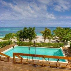 Отель Viwa Island Resort бассейн