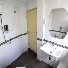 Отель Bed De Bell Hostel Таиланд, Бангкок - отзывы, цены и фото номеров - забронировать отель Bed De Bell Hostel онлайн ванная
