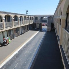 Отель Rodeway Inn & Suites LAX балкон