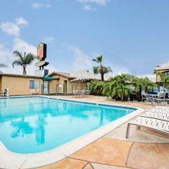 Отель Super 8 by Wyndham Los Angeles США, Лос-Анджелес - отзывы, цены и фото номеров - забронировать отель Super 8 by Wyndham Los Angeles онлайн бассейн фото 2
