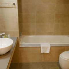 Отель Capital Coast Resort And Spa ванная фото 3