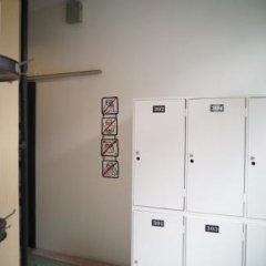 Sloth Hostel Бангкок сейф в номере