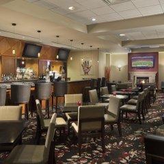 Отель Hilton Vancouver Metrotown Канада, Бурнаби - отзывы, цены и фото номеров - забронировать отель Hilton Vancouver Metrotown онлайн гостиничный бар