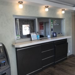 Отель Crystal Inn Suites & Spas банкомат