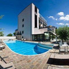 Отель Ferretti Beach Resort Римини бассейн