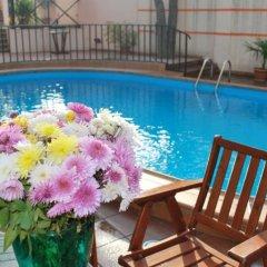 Отель Betsy's бассейн