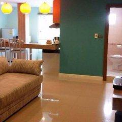 Апартаменты Pintree Service Apartment Pattaya Паттайя комната для гостей фото 2