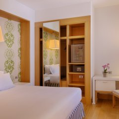 Отель NH Genova Centro сейф в номере