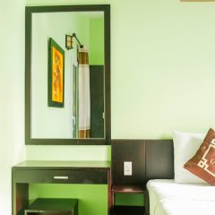 Отель Chau Plus Homestay сейф в номере