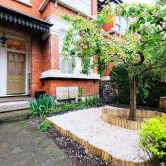 Отель Lovely 1BR Edwardian House For 4 in North London