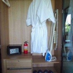 Отель The Deck Condominium сейф в номере