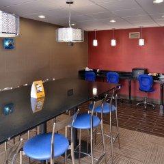 Отель Comfort Suites East гостиничный бар