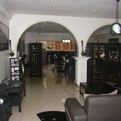 Отель Charlies Place And Suite гостиничный бар