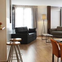 Апартаменты Aspasios Plaza Real Apartments комната для гостей