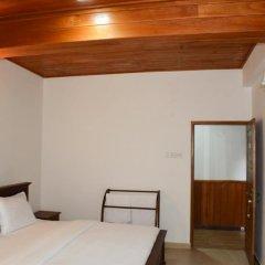 Отель Yoho River Side Inn сейф в номере