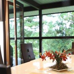 Отель Bears Den Mountain Lodge Хакуба балкон