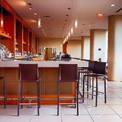Отель Pinnacle Hotel Harbourfront Канада, Ванкувер - отзывы, цены и фото номеров - забронировать отель Pinnacle Hotel Harbourfront онлайн гостиничный бар