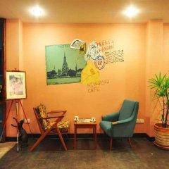 Отель Feung Nakorn Balcony Rooms & Cafe Бангкок интерьер отеля