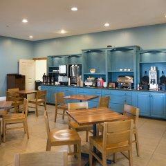Отель Country Inn & Suites Effingham гостиничный бар