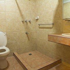 Отель Nichols Airport Hotel Филиппины, Паранак - отзывы, цены и фото номеров - забронировать отель Nichols Airport Hotel онлайн ванная