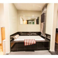 Отель Modern and Spacious Chic Flat in Knightsbridge Лондон бассейн