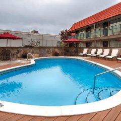 Отель Best Western PLUS Kings Inn & Conference Centre Канада, Бурнаби - отзывы, цены и фото номеров - забронировать отель Best Western PLUS Kings Inn & Conference Centre онлайн бассейн фото 2