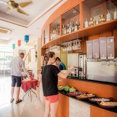 Отель Kata Blue Sea Resort гостиничный бар