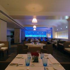 The Hans Hotel New Delhi гостиничный бар