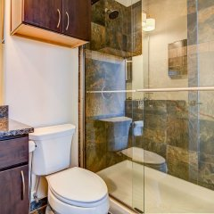 Отель LOFTS at First National ванная фото 2