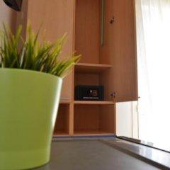 Отель Residence Verbena Римини сейф в номере