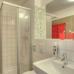 Отель MEININGER Hotel Hamburg City Center Германия, Гамбург - отзывы, цены и фото номеров - забронировать отель MEININGER Hotel Hamburg City Center онлайн ванная фото 2