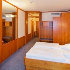 Отель Vienna Sporthotel сейф в номере