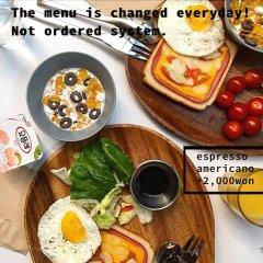 ORBIT Cafe & Guesthouse - Hostel питание