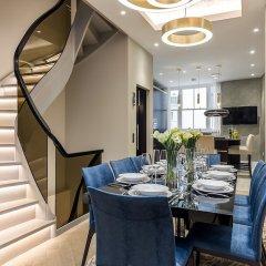 Отель Incredible 6 Storey 4 bed Luxury House in St James Лондон в номере