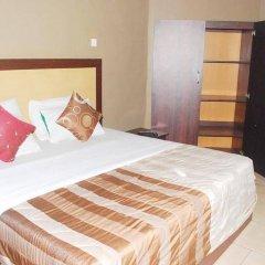 Отель Emglo Suites сейф в номере