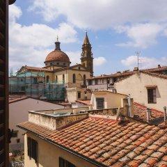 Отель Lovely 4BD Apt 3min Walk to Ponte Vecchio балкон фото 2