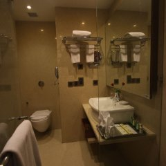 Отель Cambay Grand ванная фото 2