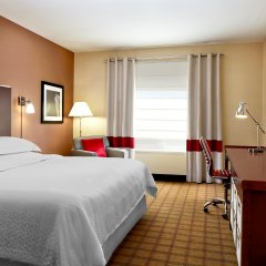 Отель Four Points by Sheraton Calgary Airport комната для гостей фото 3