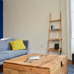 Отель Stylish 2 Bedroom Apartment In Great Location Великобритания, Эдинбург - отзывы, цены и фото номеров - забронировать отель Stylish 2 Bedroom Apartment In Great Location онлайн комната для гостей фото 4