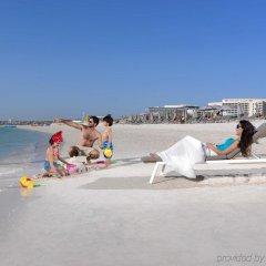 Отель Crowne Plaza Abu Dhabi Yas Island пляж