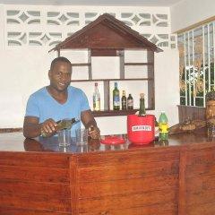 Отель Enchanted Villas and Guest House гостиничный бар