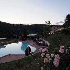 Отель Valle Rosa Country House Сполето бассейн