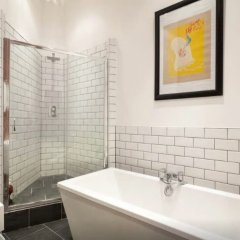 Отель Beautiful 2 Bed Duplex w/ Mezzanine in City Centre ванная фото 2