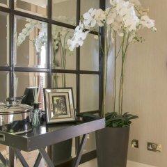 Апартаменты The Luxe Whitehall Duplex Apartment гостиничный бар